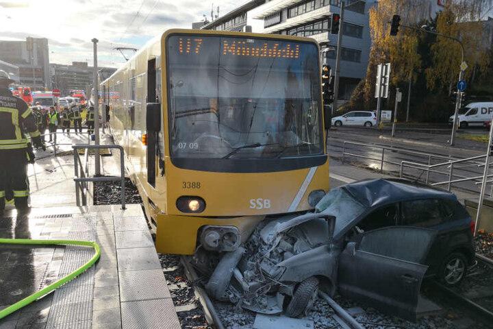 Der VW-Polo und die Stadtbahn der Linie U7 krachten ineinander. Der Fahrer hatte wohl das Rotlicht der Ampel missachtet.