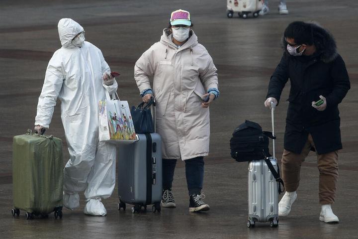 Ein Reisender trägt einen Ganzkörper-Schutzanzug (Symbolfoto).