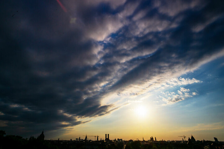 Sonne pur oder Wolkenhimmel? Am Sonntag wird es im Süden Bayerns regnerisch und kühler.