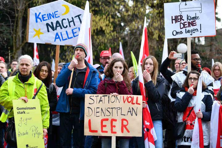 Auch an den Krankenhäusern (im Bild: Kundgebung Ende Januar vor der Heidelberger Uniklinik) soll es laut Verdi zu Ausständen kommen.