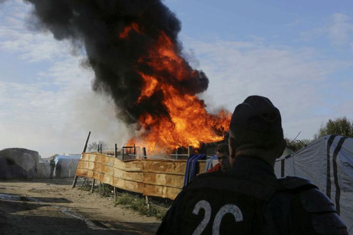 Im Flüchtlingscamp Calais sind Gasflaschen explodiert, ein Flüchtling wurde verletzt.