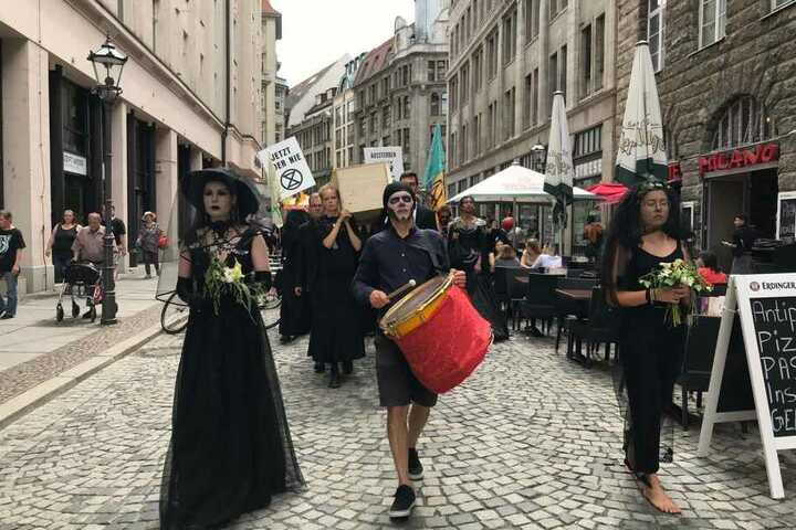 Die Demo zog zahlreiche Blicke in der Leipziger Innenstadt auf sich.
