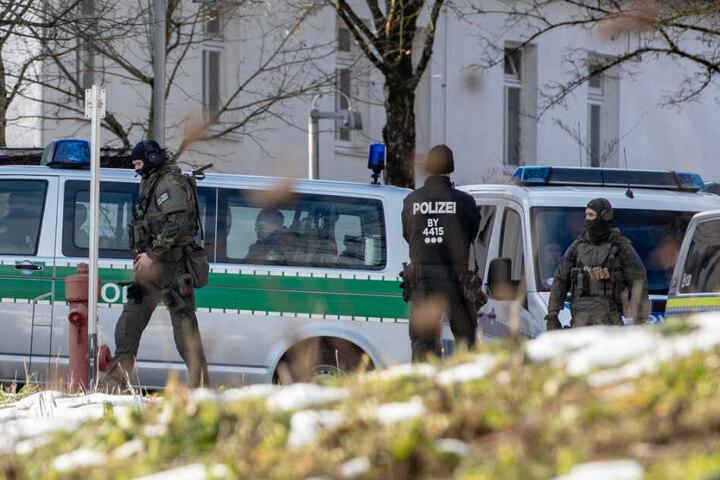 Spezialkräfte der Polizei stehen vor dem Klinikum Mainkofen.