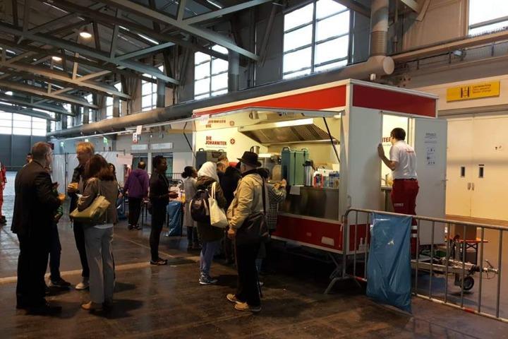 Evakuierte Bürger in einer Messehalle in Frankfurt.