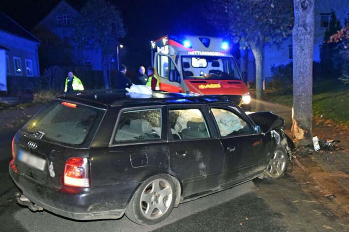 Die Görlitzer waren mit ihrem Audi gegen einen Baum gefahren.
