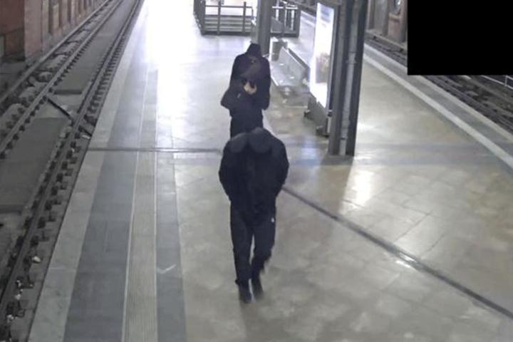 Die drei Personen sind schwarz gekleidet und verstecken offensichtlich ihre Gesichter vor dem Überwachungskameras.