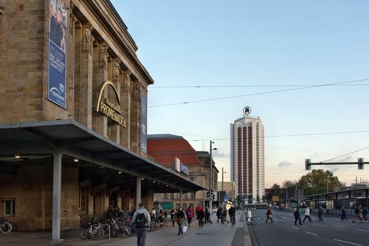 Direkt vor dem Hauptbahnhof wollte die junge Frau die Gleise queren.