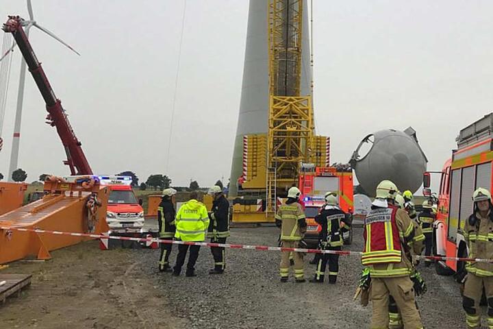 Höhenretter der Feuerwehr machten sich auf den Weg zu dem Verletzten.