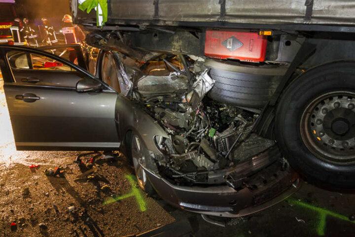 Der Jaguar hob durch den Unfall den Lkw-Anhänger in die Luft.