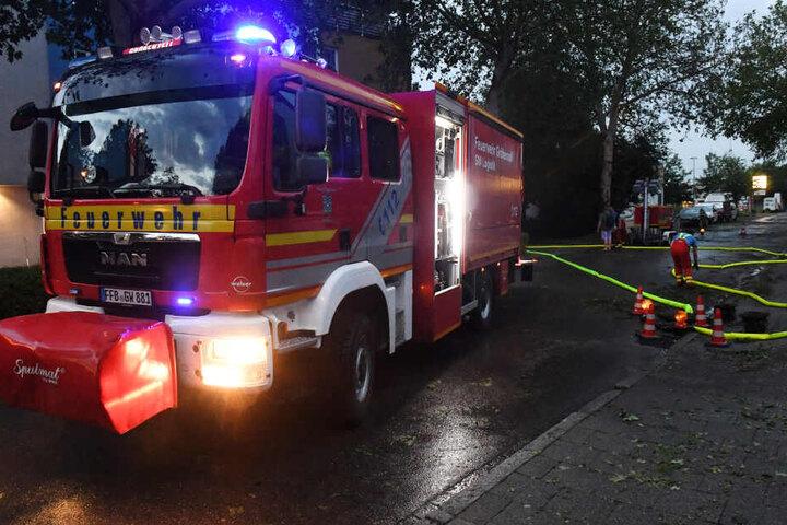 Eine Tiefgarage in Bayern wird von der Feuerwehr ausgepumpt, nachdem starker Niederschlag mit Hagel hier niedergegangen war.
