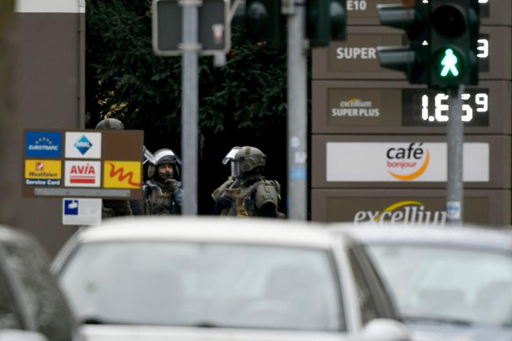 Spezialeinsatzkräfte in der Nähe der betroffenen Tankstelle.