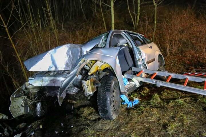Die Fahrerin wurde in ihrem Auto eingeklemmt und musste von der Feuerwehr befreit werden.