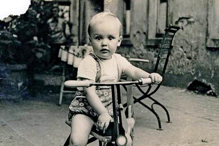 Auf dem Dreirad unterwegs. Klein Roger 1968 in Großenhain.