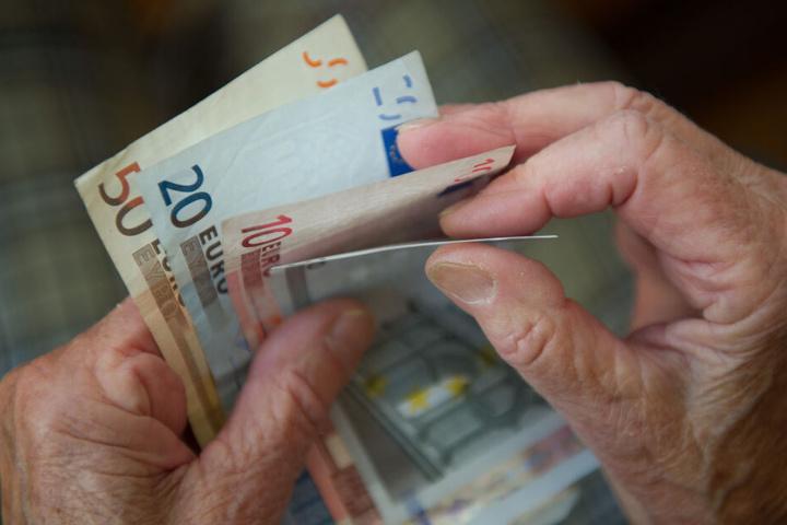 Besonders auf das Geld von Rentnern haben es die Betrüger abgesehen. (Symbolbild)
