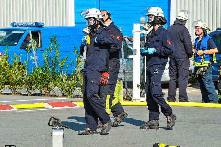Zum Schutz vor den giftigen Gasen trugen die Kräfte Atemschutzmasken.