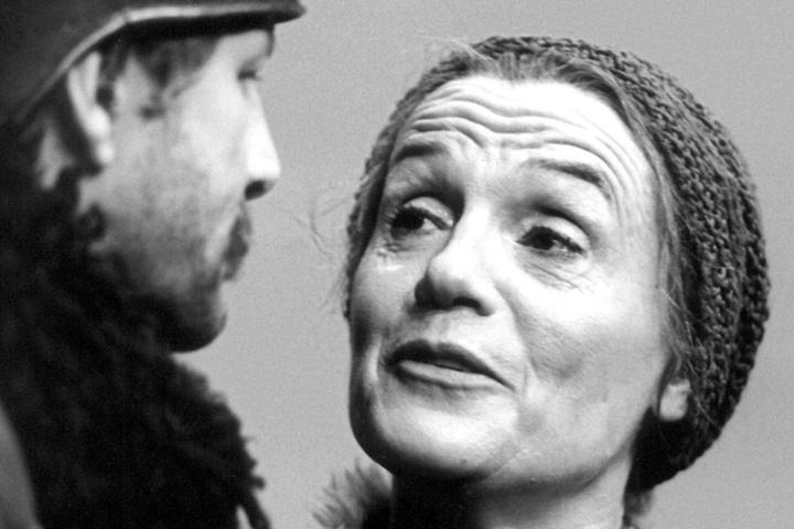 1978 stand Gisela May als Mutter Courage mit Peter Aust in einer Aufführung eines Brecht-Klassikers am Berliner Ensemble in Ost-Berlin auf der Bühne.