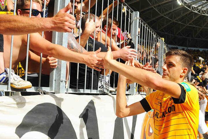 Das erste Bad bei den Fans: Alexander Jeremejeff klatscht nach der Partie mit den schwarz-gelben Anhängern ab.