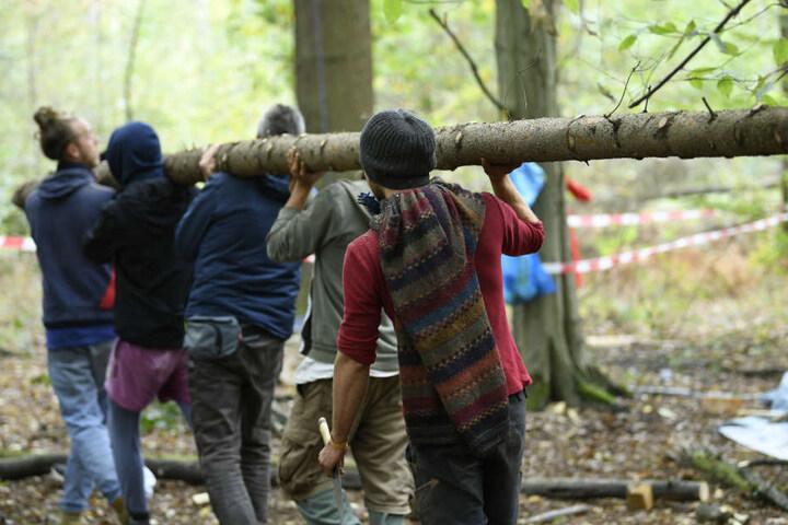 Aktivisten sammelten am Sonntag neues Material am Hambacher Wald.