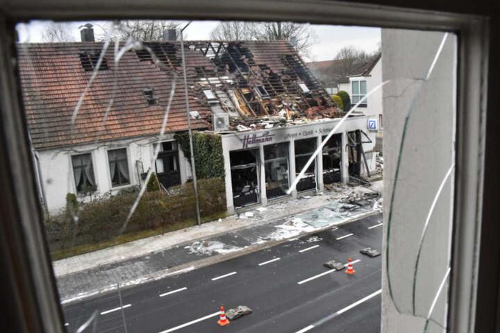 Auch an Nachbargebäuden zerbrachen die Fensterscheiben.