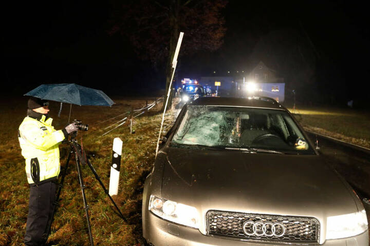 Der Audi geriet nach dem Unfall noch in den Gegenverkehr.