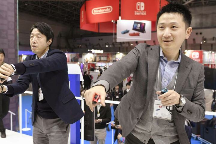 Ein Spielgefühl wie bei der Wii? Die Steuerung einiger Titel erfordert wieder einiges an Bewegung von den Spielern.