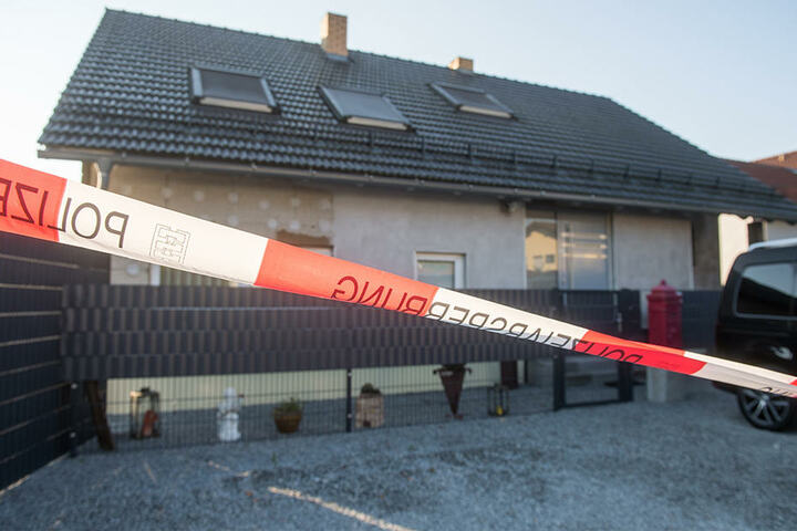 Am Mittwochnachmittag ist es in Kirchroth zu der Bluttat gekommen. Die Polizei sperrte den Tatort ab.