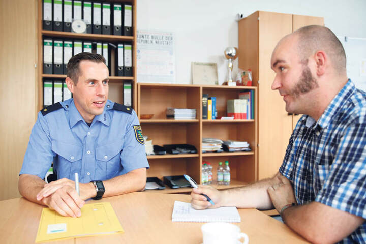 Revier-Chef Matthias Imhof im Gespräch mit MOPO-Redakteur Eric Hofmann  (31).
