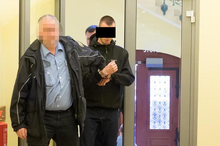 Der Angeklagte Matthias W. (22) wird zur Verhandlung geführt. Er war einer der beiden Häftlinge, die dem Wärter Jens V. (53) auflauerten.
