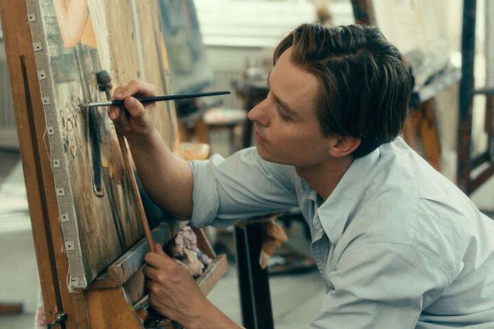 """Tom Schilling als Künstler Kurt Barnert in seinem neuen Film """"Werk ohne Autor""""."""