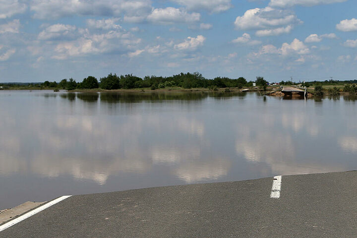Eine überspülte Straße beim Mulde-Hochwasser 2013.