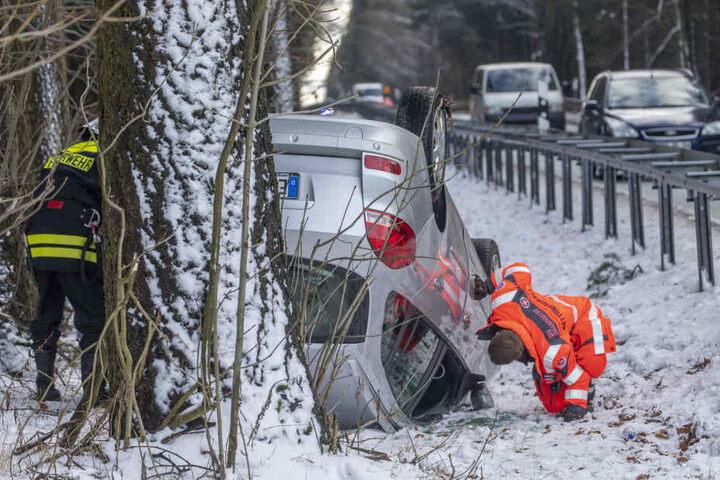 Die beiden Insassen des Autos wurden verletzt in ein Krankenhaus gebracht.