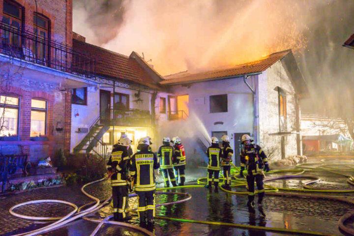 Noch bis in den Morgen waren die Einsatzkräfte vor Ort, um ein erneutes Entfachen des Feuers zu verhindern.