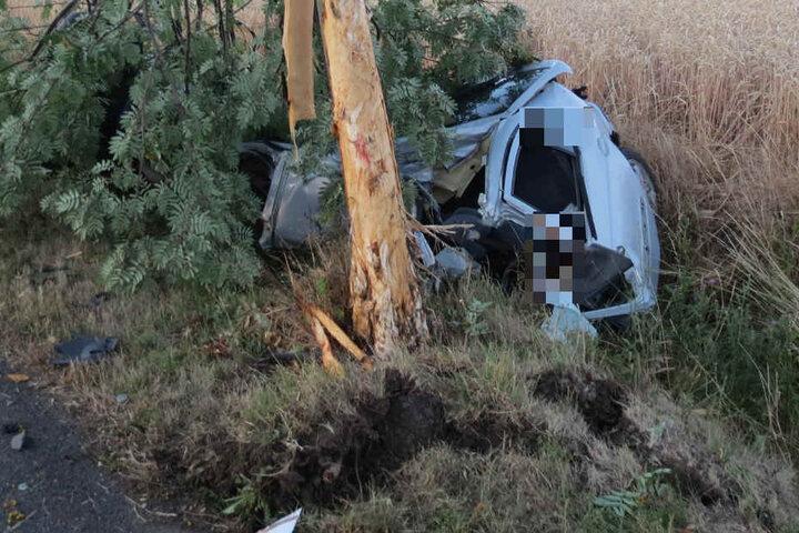 Die Frau wurde nach dem Aufprall aus ihrem Wagen geschleudert und verstarb noch an der Unfallstelle.
