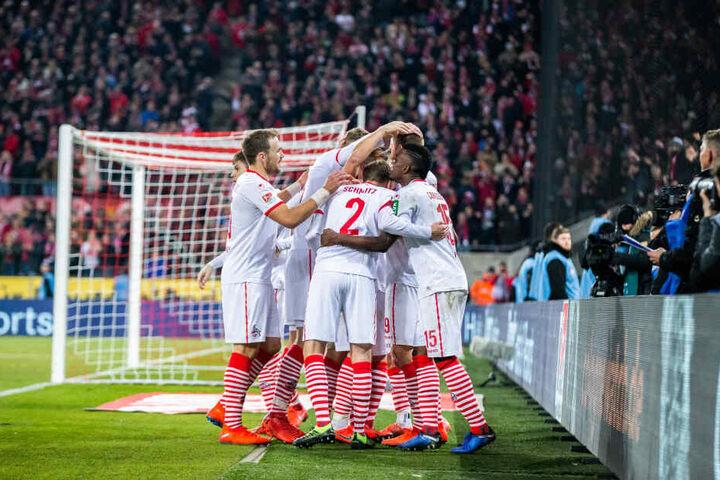 Nach dem Abpfiff feierten die Kölner den 4:1 gegen St. Pauli.