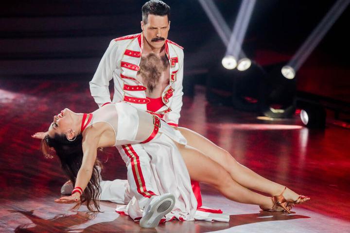 """Oliver Pocher, Moderator, und Christina Luft, Profitänzerin, tanzen nach der RTL-Tanzshow """"Let's Dance"""" im Coloneum."""