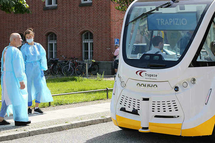 Patienten verfolgen den Start des Pilotprojekts der Charité, BVG und Berlin.