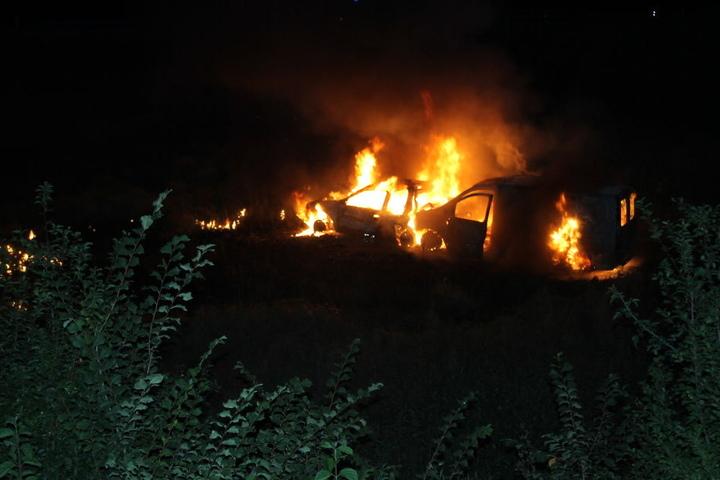 Die beiden Wagen brannten komplett aus, nachdem sie eine Böschung hinabgestürzt waren.
