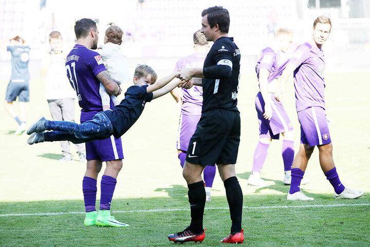 Martin Männel jubelt mit Sohnemann Anton. Der Sechsjährige wird am 17. August eingeschult, daher würde Aue an diesem Spieltag gern Freitag oder Sonntag spielen.