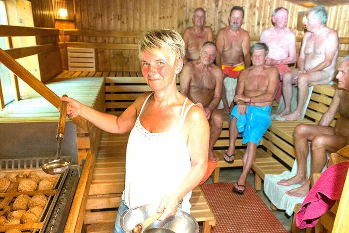 """""""Die Sauna""""-Mitarbeiterin Kerstin Barth (51) macht den Aufguss für die Saunierer. Die Stammgäste gehen auch bei tropischer Außen-Hitze in die finnische Blocksauna."""