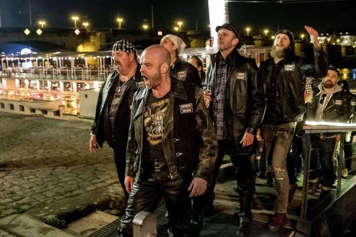 Ein Blick genügt: Mit dieser Rockergruppe ist nicht zu spaßen. Während ein  Prankster sie filmt, wird er erschossen.