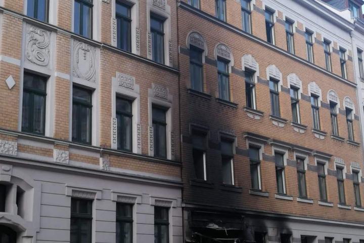 Über die gesamte Länger der Häuserfassade erstreckt sich eine dicke schwarze Rußspur.