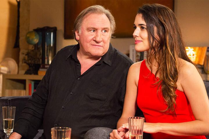 Lebemann Patrick (l., Gerard Depardieu) hat mit Emma (Adriana Ugarte) seine neue Liebe fürs Leben gefunden.