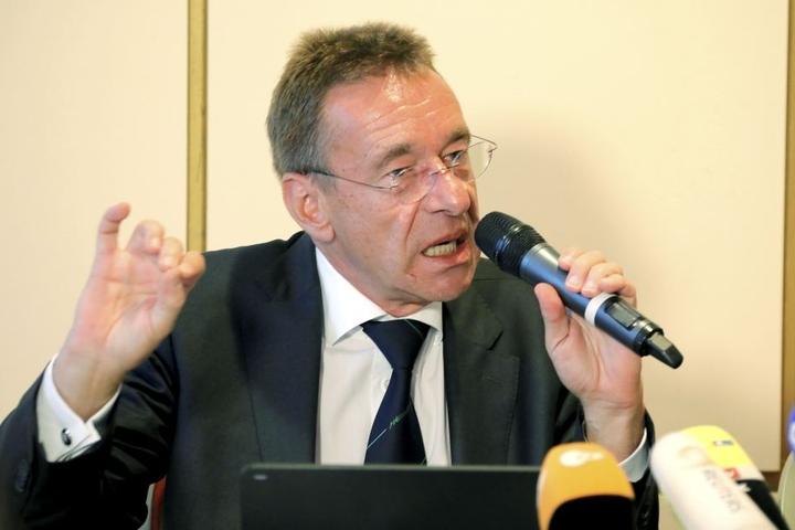 Rechtsanwalt Ulrich Dost-Roxin (58) erhob am Dienstag schwere Vorwürfe gegen die Ermittler.