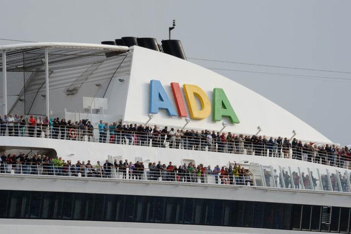 """Passagiere stehen an Bord des Kreuzfahrtschiffs """"Aida Sol""""."""