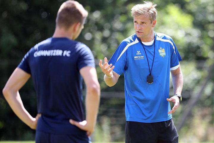 CFC-Coach David Bergner (r.) im Gespräch mit Daniel Frahn. Der Coach sieht den himmelblauen Torjäger von den Schiris ungerecht behandelt.