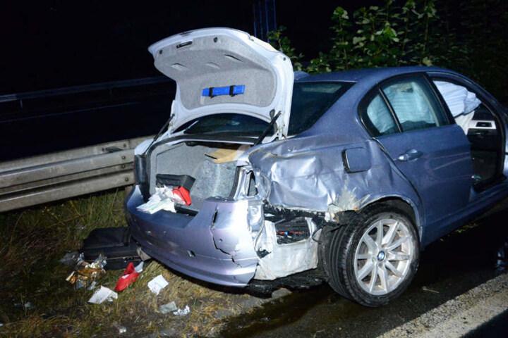 Schwer verletzt wurde der Fahrer aus seinem BMW geborgen.