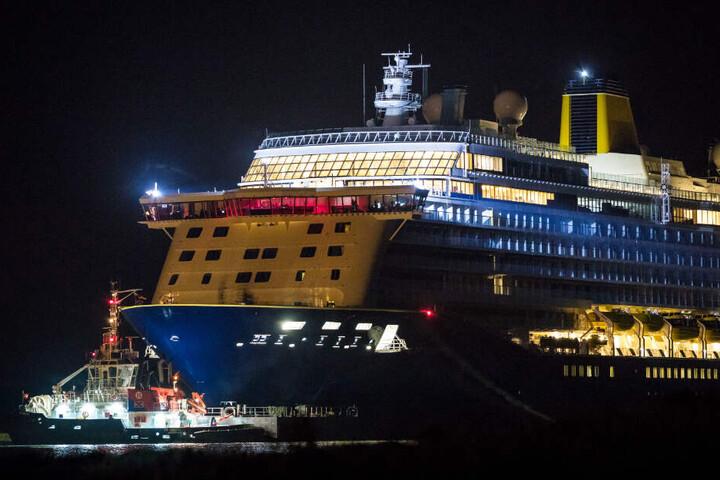 """In der Nacht fuhr das Kreuzfahrtschiff """"Spirit of Discovery"""" aus der Werft in Papenburg nach Emden."""
