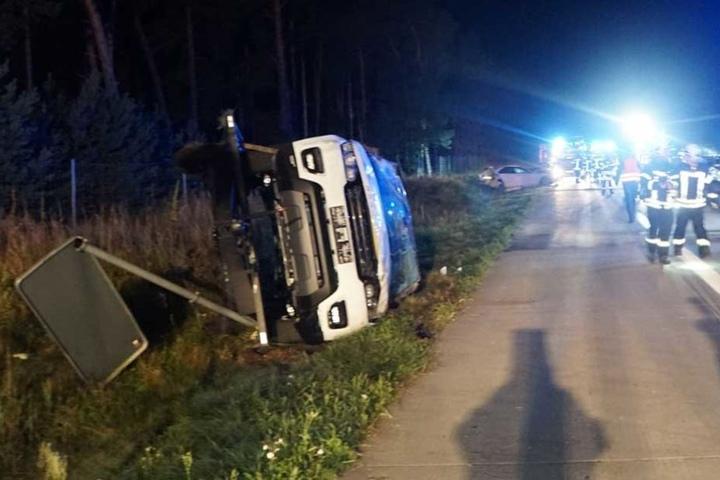Der umgekippte Anhänger des Autotransporters.