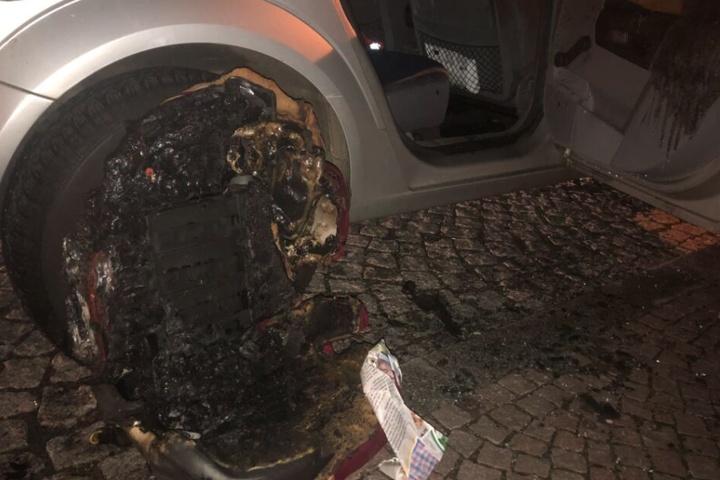 Die Täter platzierten den Brandsatz auf dem Kindersitz, der komplett verschmorte.