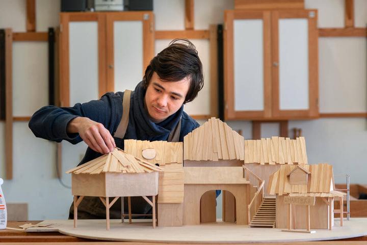 Am Modell für die neue Bühnendeko der Küchwaldbühne arbeitet Simon Häßler (17) von der VBFA.